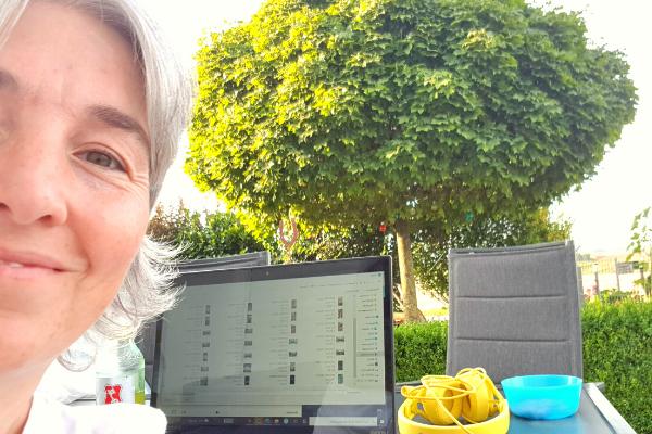 Ich auf der Terrasse vorm Laptop